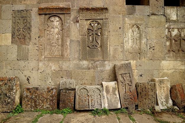 Muitos khachkars antigos bem preservados ou pedras cruzadas armênias no mosteiro tatev na armênia