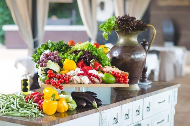 Muitos legumes em cima da mesa.