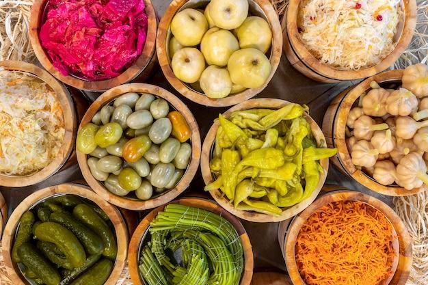 Muitos legumes em conserva em barris de carvalho de madeira com vista superior