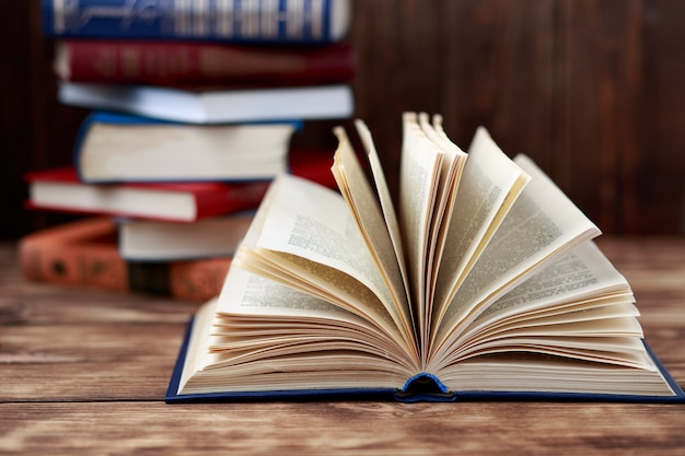 Muitos livros antigos sobre fundo de madeira