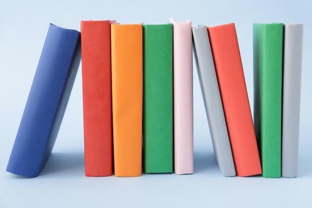 Muitos livros em azul cinza