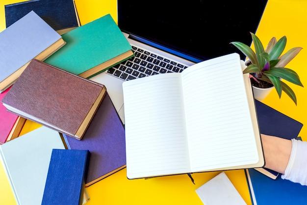 Muitos livros laptop fundo preto notebook velhos multicoloridos