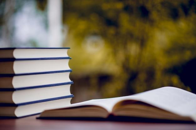 Muitos livros são colocados sobre a mesa, material escolar. conceito de educação