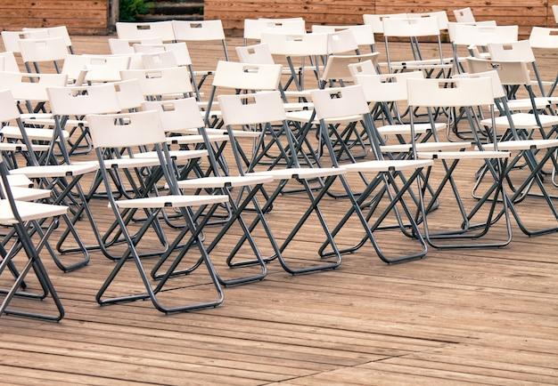 Muitos lugares vazios em cadeiras à espera do início da conferência