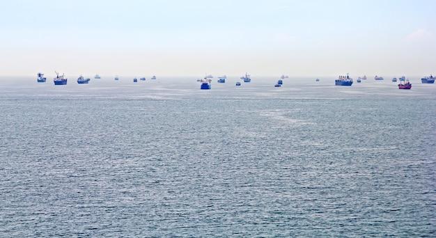Muitos navios de carga em istambul, turquia