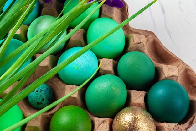 Muitos ovos de páscoa decorados com galhos florais