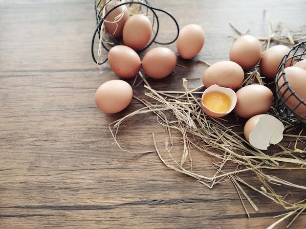 Muitos ovos estão sobre a mesa.