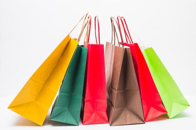 Muitos pacotes de compras brilhantes com alças