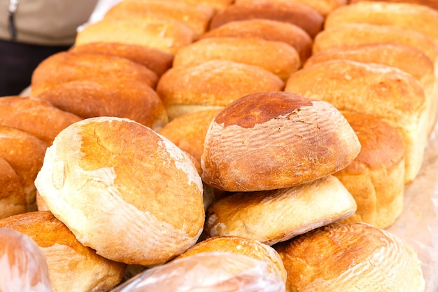 Muitos pães frescos de arroz no mercado