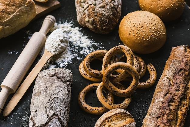 Muitos pães mistos e bagels artesanais