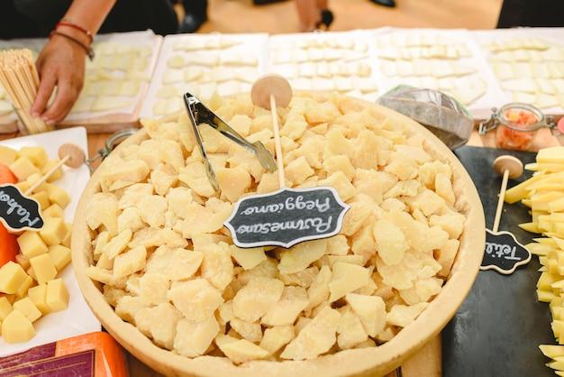 Muitos pedaços de queijo parmesão italiano grana padano