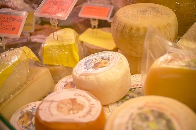 Muitos pedaços de queijo prontos para serem vendidos no supermercado