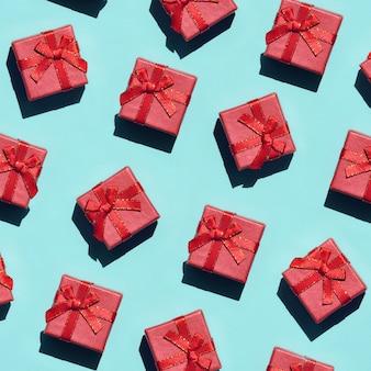 Muitos pequeno padrão de caixas de presente rosa vermelha