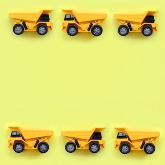 Muitos pequenos caminhões de brinquedo amarelo na textura de moda pastel amarelo