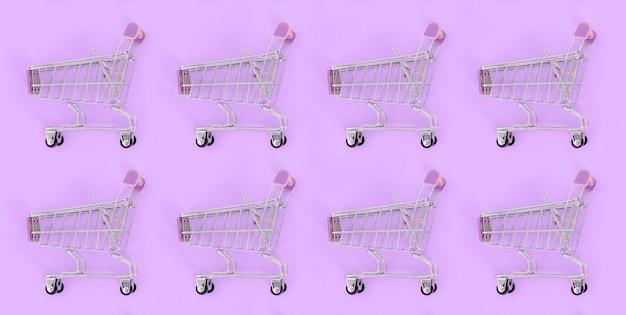 Muitos pequenos carrinhos de compras vazios