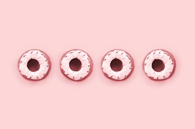 Muitos pequenos donuts de plástico