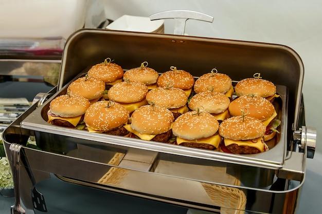Muitos pequenos hambúrgueres em catering para eventos