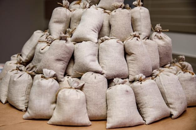 Muitos pequenos sacos de pano.