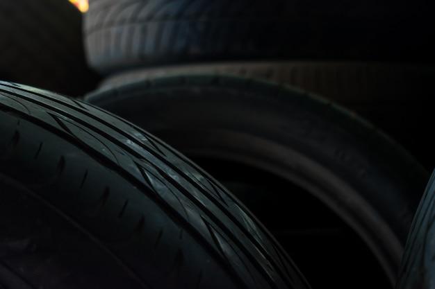 Muitos pneus velhos na loja