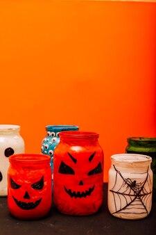 Muitos potes com teias de aranha de abóbora de halloween olhos de fantasmas
