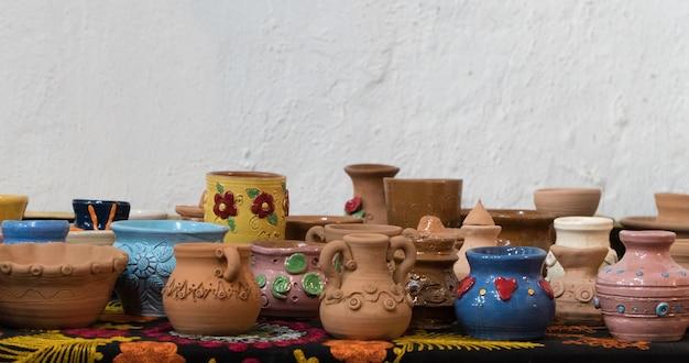 Muitos potes de barro lindamente decorados. artesanato infantil