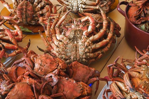 Muitos pratos de frutos do mar na mesa