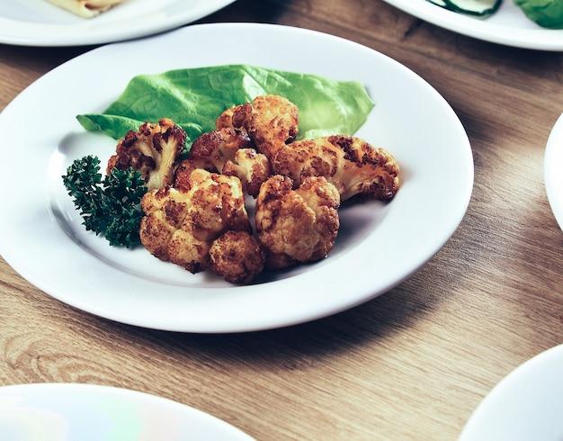 Muitos pratos deliciosos na mesa do restaurante com o prato principal no meio