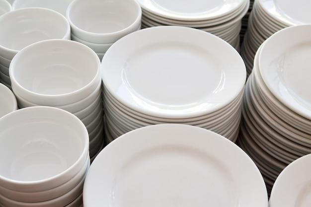 Muitos pratos empilhados juntos