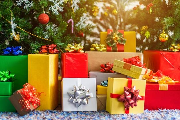 Muitos presentes com árvore de natal verde abstrata, decoração durante o natal e ano novo.