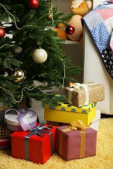Muitos presentes de natal no chão em um interior festivo