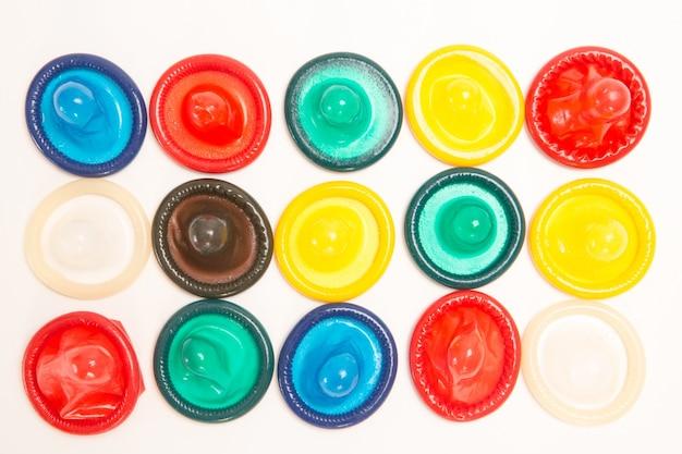 Muitos preservativos coloridos diferentes