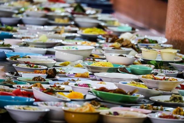 Muitos recipientes de alimentos foram colocados para comer