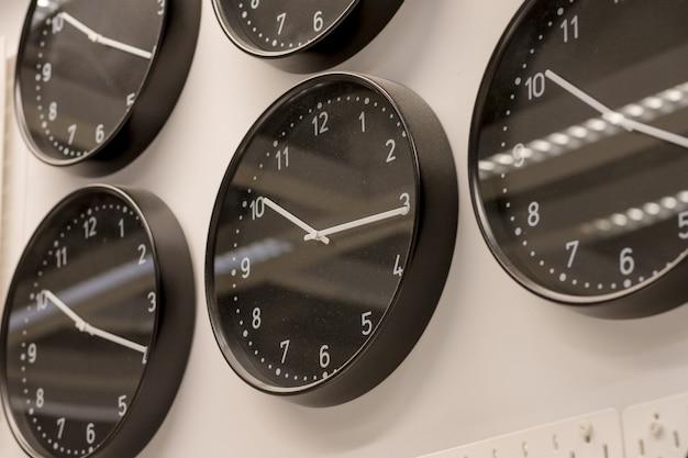 Muitos relógios de parede