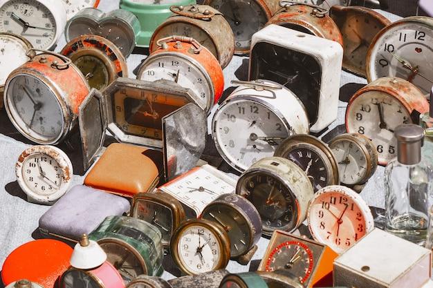 Muitos relógios vintage em um mercado de pulgas