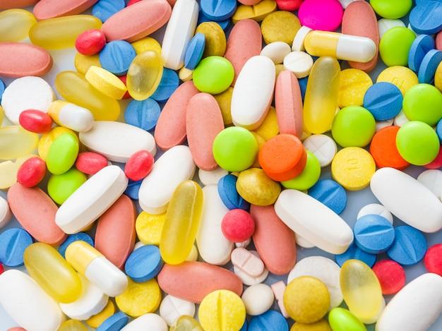 Muitos remédios e pílulas coloridas