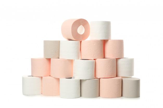 Muitos rolos de papel higiênico isolados no branco