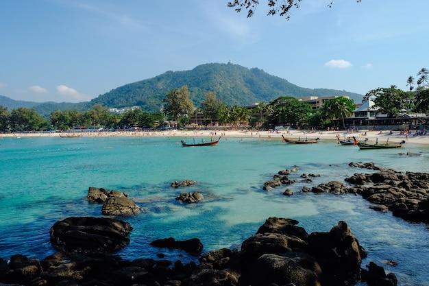 Muitos táxi barco estacionamento na praia de kata, phuket, tailândia