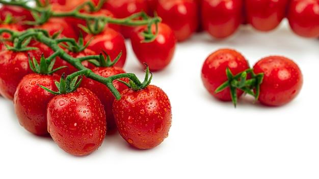 Muitos tomates cereja com gotas de água.