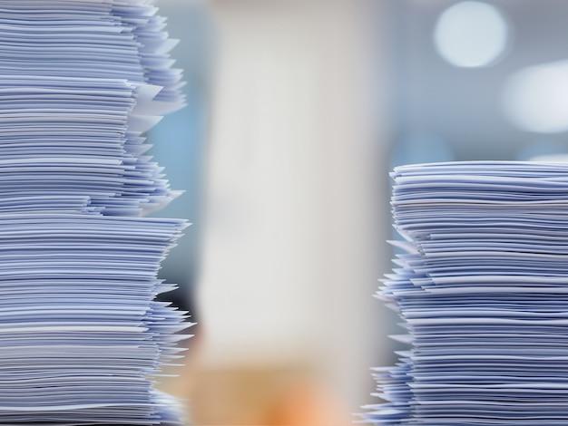 Muitos trabalhos esperando para serem feitos sobre a mesa, conceito ocupado
