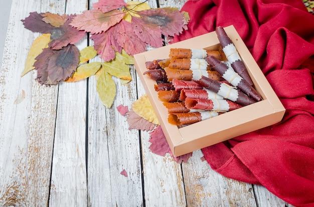 Muitos varietty de pastilha de frutas rola na caixa de presente