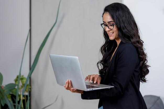 Mujer empresaria con su laptop trabajando from casa concepto de cuarentena por pandemia