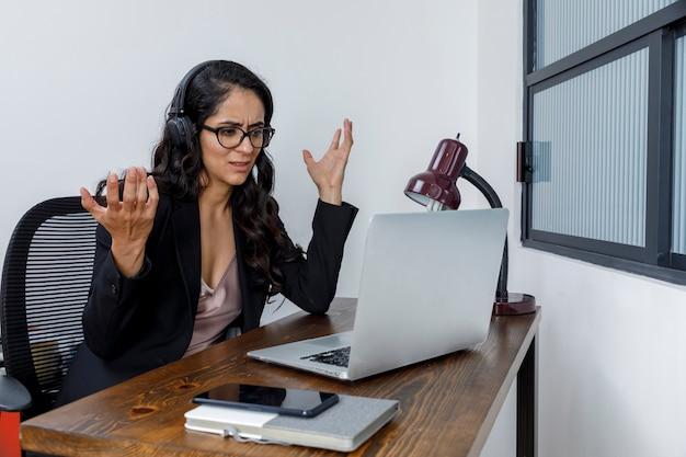 Mujer latina discutiendo em videoconferência trabalhando em casa