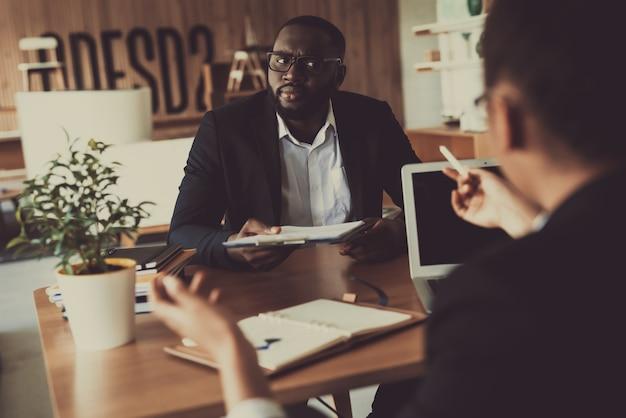 Mulata entrevistando o homem no escritório para uma nova posição