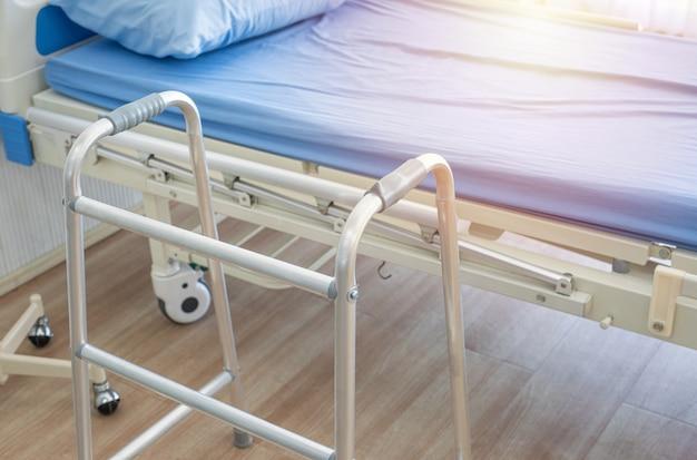 Muletas, cama e auxiliares de locomoção na enfermaria do hospital.