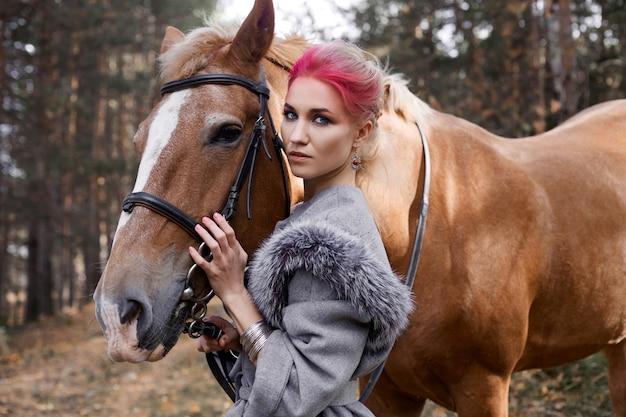 Mulher a cavalo na floresta
