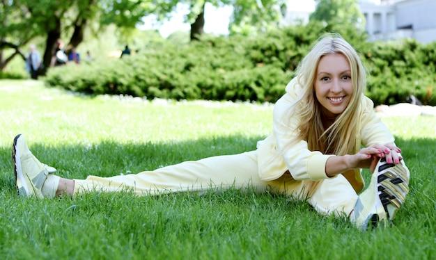 Mulher a fazer exercícios de fitness no parque