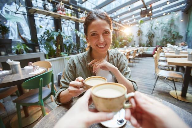 Mulher a gostar de café com amigo