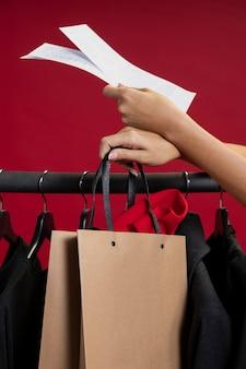 Mulher à procura de roupas novas