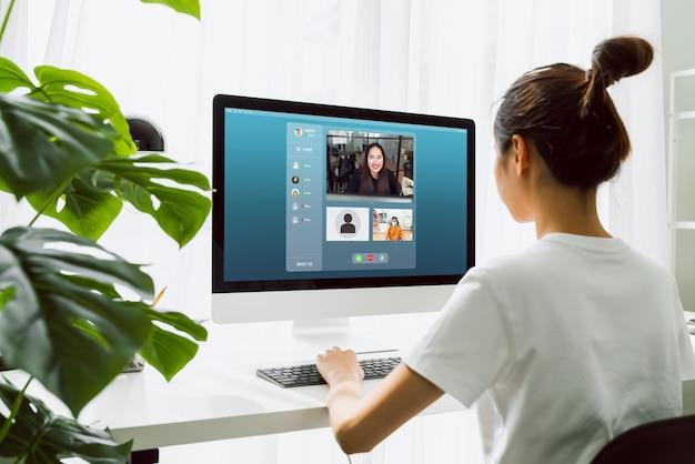 Mulher a trabalhar no computador em casa