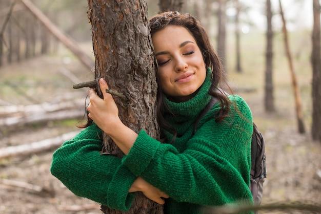 Mulher, abraçando, árvore